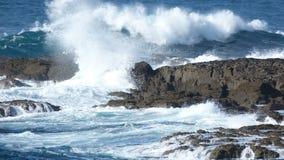 Atlantic Ocean vinkar på en strand i Cornwall UK Arkivbilder