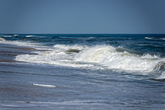 Atlantic Ocean vinkar på kusten Arkivbilder