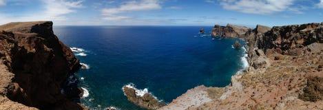 Atlanticet Ocean med vaggar, madeiran Royaltyfri Fotografi