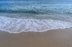 Atlantik - blaues Meer mit dem Wellenschaum, der im Sand nachdem dem Sprengen verbreitet lizenzfreie stockbilder