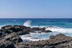 Atlantik-Wellen, die über vulkanischen Lavafelsen auf La Palma Island, Kanarische Inseln, Spanien zusammenstoßen stockfotografie