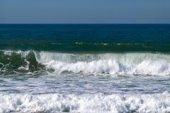 Atlantik-Wellen, die auf dem Seeufer brechen stockbild