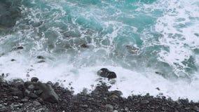 Atlantik-Wellen, die auf der felsigen Küstenlinie von Santo Antao Island rollen Cabo Verde, Kap-Verde Videoaufnahmen 4K stock footage