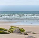 Atlantik-Wellen, die auf einem Strand brechen Stockbilder