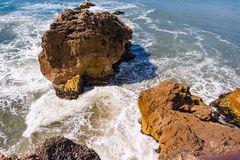Atlantik-Wellen schlugen auf Felsen in Nazare, Portugal stockbilder