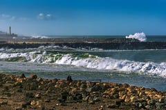 Atlantikküste in der Stadt von Sali Marokko, im März 2014 mit Blick auf die Wellen, die auf den Steinwällen brechen Stockfotos