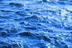 Atlantische blaue funkelnde Ozeanwellen Lizenzfreies Stockfoto