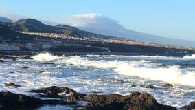 Atlantische Brandung mit Ansicht zum Teide stock footage