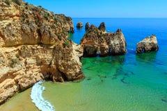 Atlantische felsige Küstenlinie des Sommers (Algarve, Portugal) stockfoto