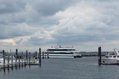 Atlantische Hooglandenjachthaven met Overzeese Strookveerboot stock afbeeldingen