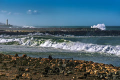 Atlantische kust in de stad van Sali Marokko, Maart 2014 met een mening van de golven die op de steenborstweringen breken Stock Foto's