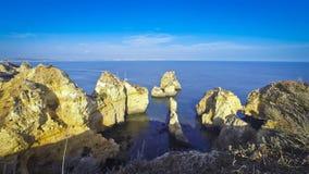 Atlantische kust dichtbij Lagos, Algarve gebied, Portugal stock video