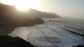Atlantische Wellen auf dem Hintergrund von Bergen und von Sonnenuntergang auf der Insel von Teneriffa Kanarische Inseln und schön stock video footage