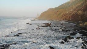 Atlantische Wellen auf dem Hintergrund von Bergen und von Sonnenuntergang auf der Insel von Teneriffa Kanarische Inseln und sch?n stock video