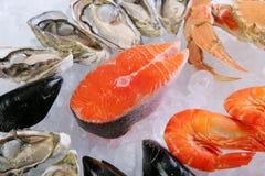 Atlantische zalmkotelet met krab, garnalen en musse Stock Foto