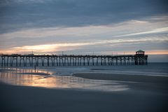 Atlantischer Strandpier auf der North Carolina-Küste bei Sonnenuntergang lizenzfreies stockbild
