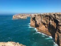 Atlantisk kust nära uddeSao Vicente algarve portugal arkivfoto
