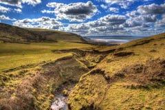Atlantisk kust Sandymouth norr Cornwall England UK för UK på banan för södra västkusten i färgglade HDR Royaltyfria Bilder