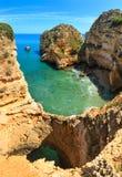 Atlantisk stenig kust Algarve, Portugal Arkivfoto