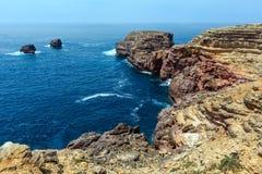 Atlantisk stenig kust Algarve, Portugal för sommar Royaltyfri Bild