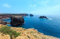 Atlantisk stenig kust Algarve, Portugal för sommar Royaltyfri Fotografi