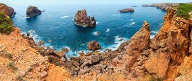 Atlantisk stenig kust Algarve, Portugal för sommar Royaltyfria Bilder