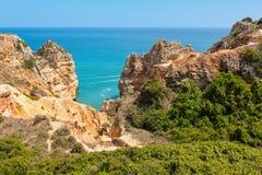 Atlantisk stenig kust & x28; Lagos Algarve, Portugal& x29; Royaltyfri Foto
