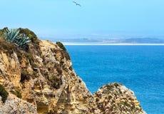 Atlantisk stenig kust & x28; Lagos Algarve, Portugal& x29; Arkivbild