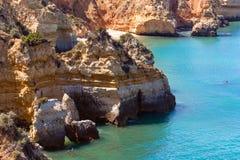 Atlantisk stenig kust (Ponta da Piedade, Lagos, Algarve, Portugal Royaltyfri Foto