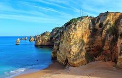Atlantisk stenig kust & x28; Ponta da Piedade, Lagos, Algarve, Portugal Arkivbild