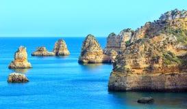 Atlantisk stenig kust (Ponta da Piedade, Lagos, Algarve, Portugal Royaltyfria Foton