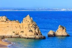 Atlantisk stenig kust (Ponta da Piedade, Lagos, Algarve, Portugal Royaltyfri Bild