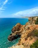 Atlantisk stenig kustlinje Algarve, Portugal Fotografering för Bildbyråer