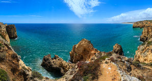 Atlantisk stenig kustlinje Algarve, Portugal Arkivbilder