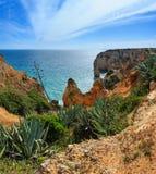 Atlantisk stenig kustlinje Algarve, Portugal Royaltyfri Foto