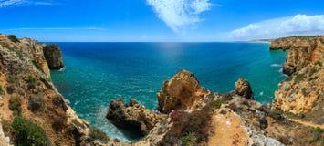 Atlantisk stenig kustlinje Algarve, Portugal Royaltyfri Bild