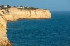 Atlantisk stenig kustlinje för afton, Algarve, Portugal Fotografering för Bildbyråer