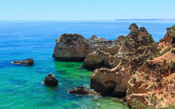 Atlantisk stenig kustlinje för sommar & x28; Algarve Portugal& x29; fotografering för bildbyråer