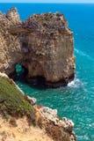 Atlantisk stenig kustlinje & x28; Ponta da Piedade, Lagos, Algarve, port Royaltyfri Foto