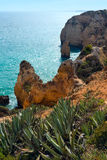 Atlantisk stenig kustlinje (Ponta da Piedade, Lagos, Algarve, port Royaltyfri Bild
