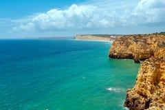Atlantisk stenig kustlinje & x28; Ponta da Piedade, Lagos, Algarve, port Arkivbilder