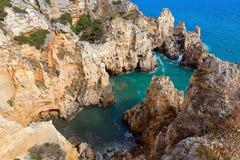 Atlantisk stenig kustlinje & x28; Ponta da Piedade, Lagos, Algarve, port Royaltyfria Foton