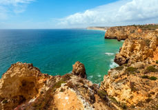 Atlantisk stenig kustlinje (Ponta da Piedade, Lagos, Algarve, port Royaltyfri Foto