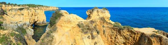 Atlantisk stenig kustpanorama Algarve, Portugal Arkivbild