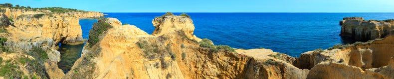 Atlantisk stenig kustpanorama Algarve, Portugal Royaltyfri Bild
