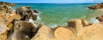 Atlantisk stenig kustsikt Algarve, Portugal Arkivbilder