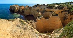Atlantisk stenig kustsikt Algarve, Portugal Arkivfoton