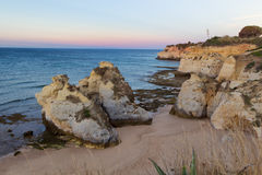 Atlantycki ocean z rockowym ` s blisko armação De Pêra, Portugalia Obraz Royalty Free