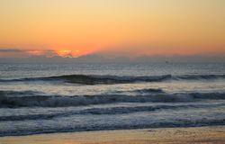 Atlantycki oceanu wschodu słońca ranek - słońce Prawie Up Zdjęcie Stock