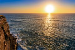 Atlantycki oceanu wybrzeże przy zmierzchem, Algarve, Portugalia zdjęcie stock